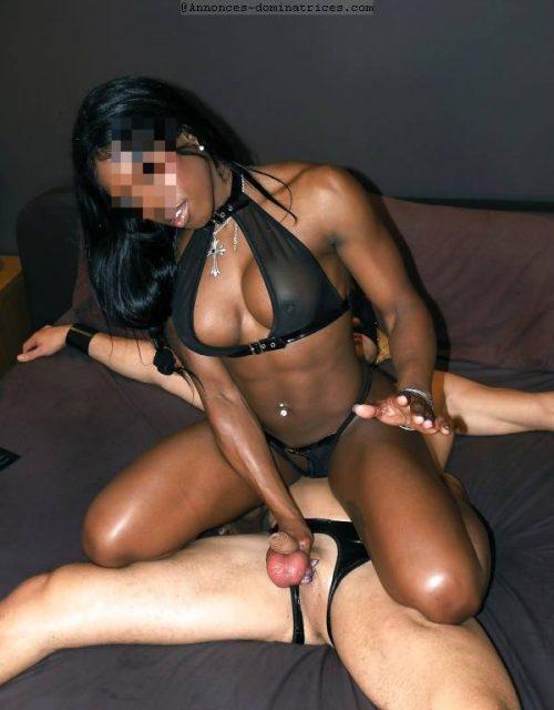 Dominatrice Black propose face sitting et uro